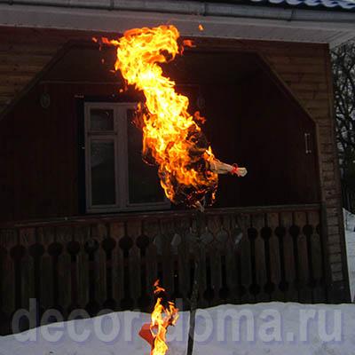 Кукла-Масленица из гофрированной бумаги, сжигание
