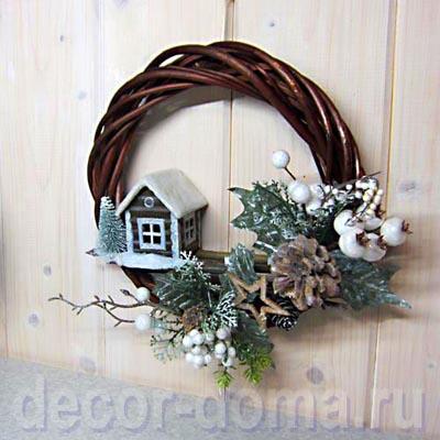 Новогодний, рождественский венок из лозы с зимним домиком, шишками и ягодками
