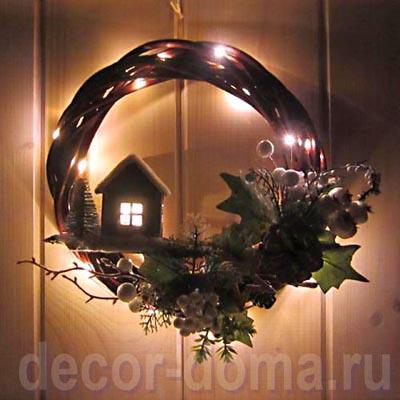 Новогодний, рождественский венок из лозы с зимним домиком и светящейся гирляндой